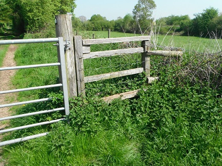 HO13 stile at SO 52475 42828 needs clearing. Extra top rail without cross step makes stile difficult for some walkers