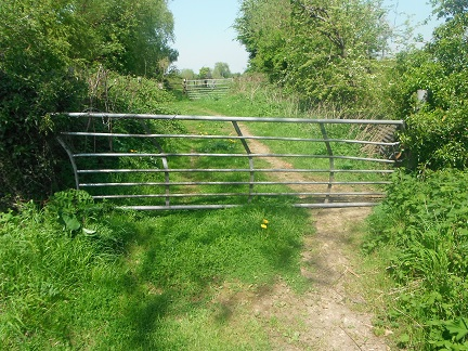 HO18 Bridleway - broken gate at SO 53267 41901 impossible to open from a horse and very difficult on foot