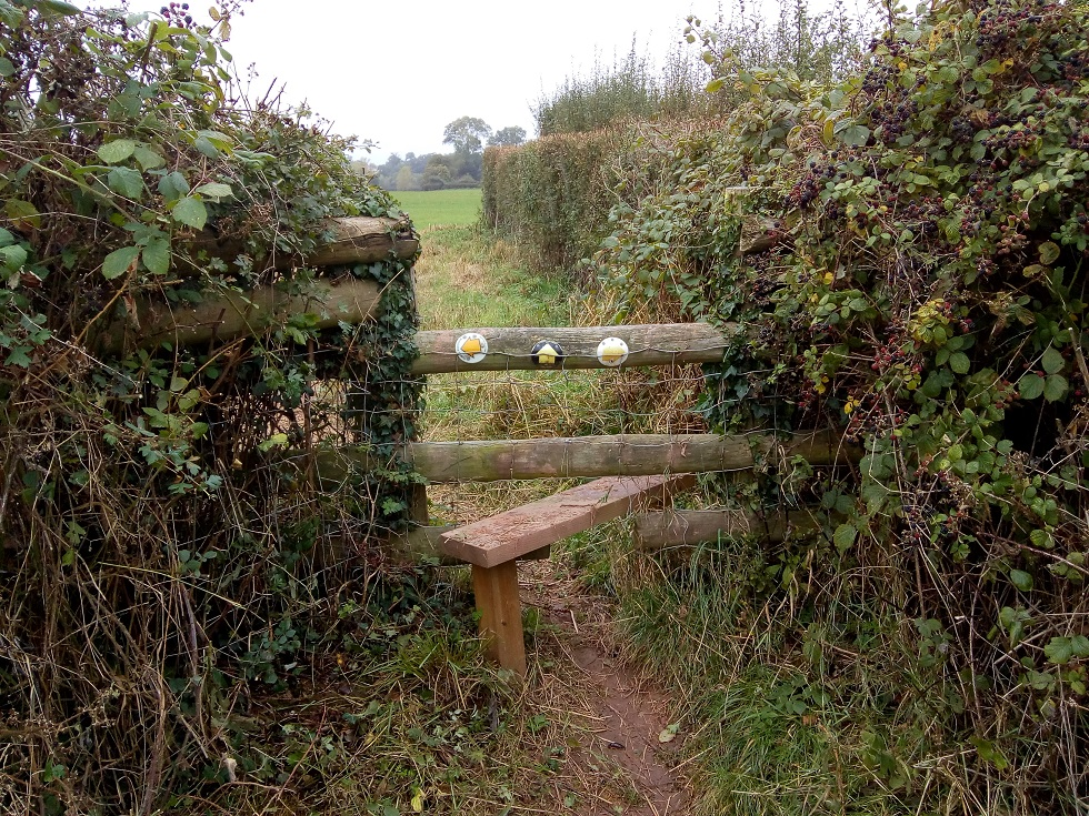 HO13-HO14 stile cleared at SO 520 426